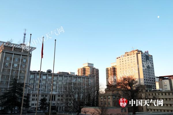 今天早晨,北京天空晴朗无云,气温低迷,体感寒冷。