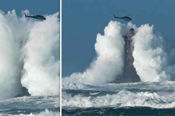 直升机险些遭30米高巨浪吞没。(图片来源:英国《每日快报》)