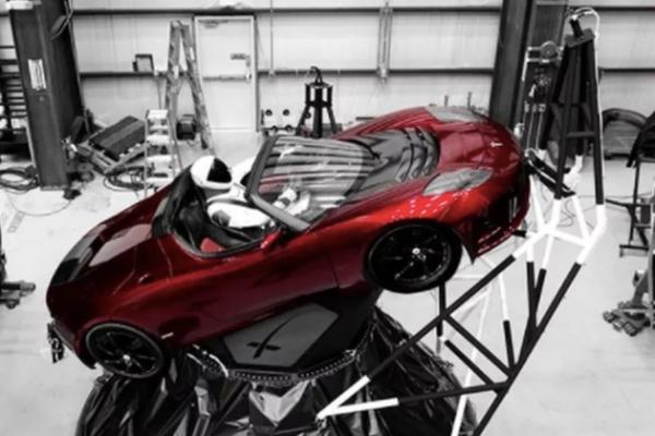"""""""重型猎鹰""""火箭搭载了特斯拉的一款红色跑车"""