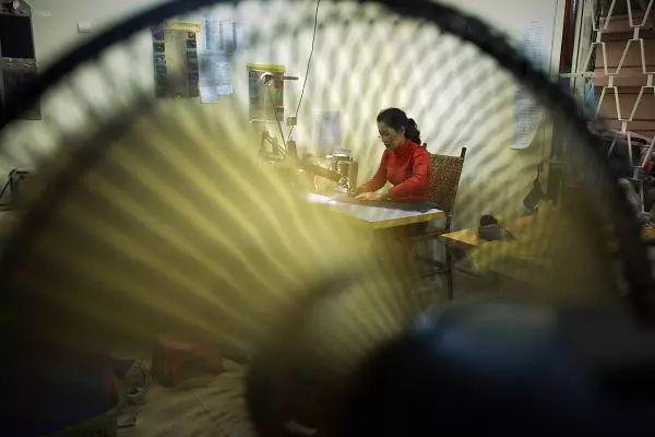 ▲柬埔寨服装制造业工人(盖帝图像)