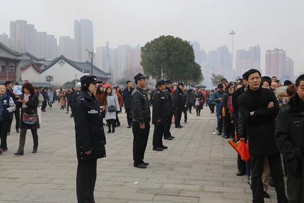 武汉市公安局汉阳分局民警用身体围站成应急导流槽。 本文图片均为武汉汉阳公安分局 供图