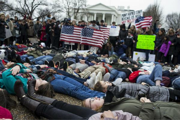 美学生白宫前呼吁特朗普禁枪 每天害怕无法再见父母
