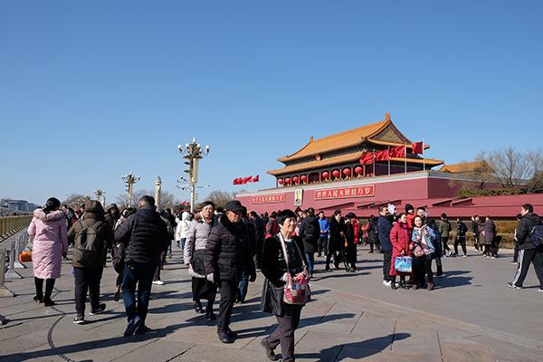 北京天气晴好,天安门广场及故宫午门前游客如织。视觉中国 图