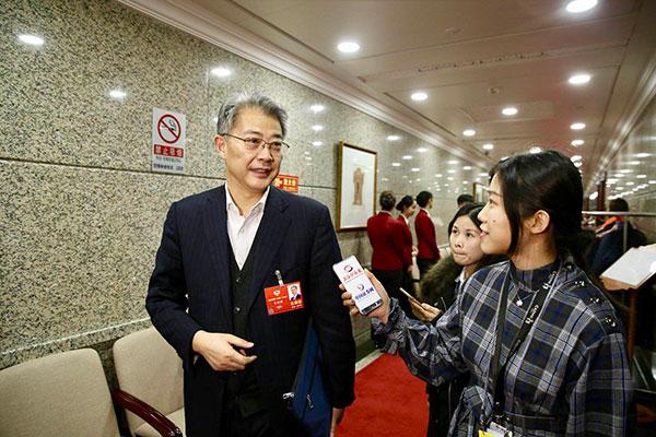 全国、中国光大集团董事长李晓鹏接受记者采访(摄/本报记者 车亮)