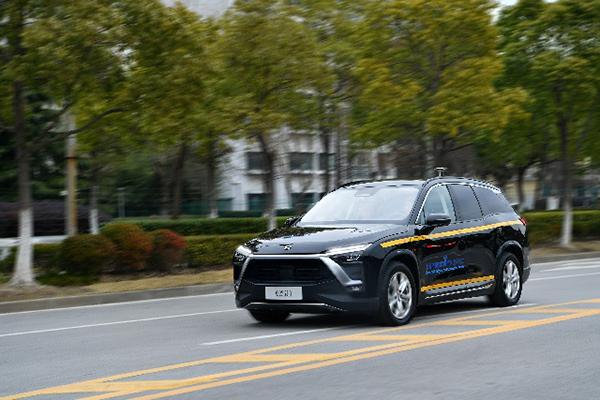 上汽集团与蔚来汽车研发的智能网联汽车在开放道路进行测试。 新华社 图