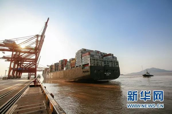 ▲资料图片:2017年5月9日,一艘即将驶往西班牙的货轮驶离宁波舟山港穿山港区集装箱码头。