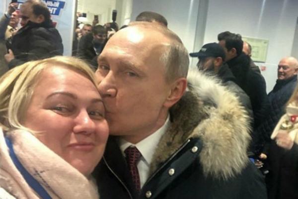 普京亲吻女粉丝额头,表示感谢。(图片来源:英国《每日邮报》)