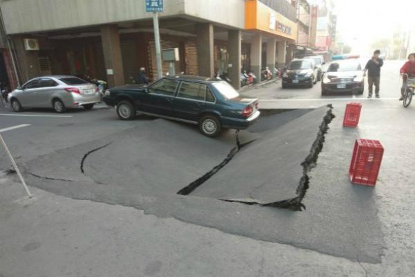 台湾高雄路面今晨(10日)突然塌陷,汽车被困。(图片来源:台媒)