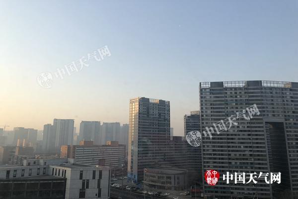 今天早晨,北京天空晴朗无云。