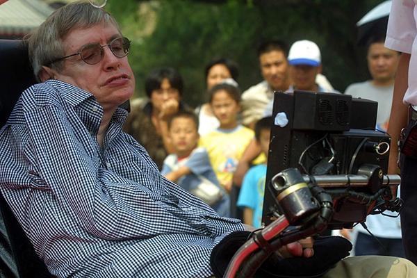 2002年8月21日,当今世界上最重要的广义相对论家和宇宙家斯蒂芬?霍金参观了北京八达岭长城。视觉中国 资料图
