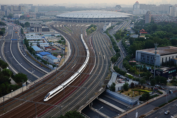 """G5次""""复兴号""""列车早上七点从北京南站发车。视觉中国 资料"""