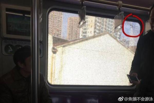 初中生用弹弓射击 致地铁车厢玻璃呈网状破裂