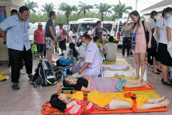 泰国医护人员正在急救受伤游客。 东方IC 图