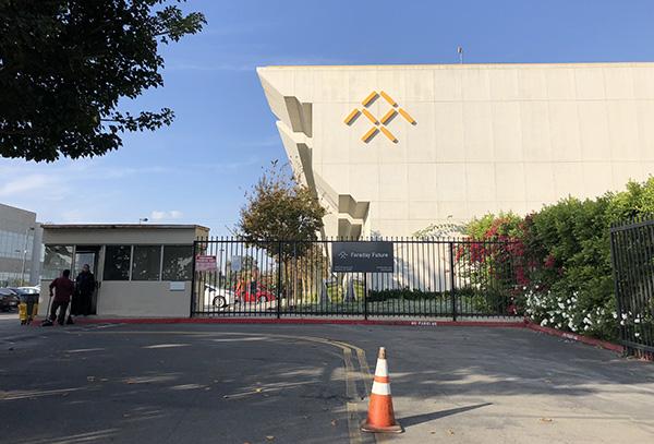 法拉第未来位于洛杉矶总部园区。看到记者拍摄,保安上前阻止。