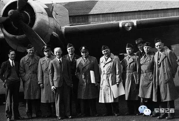 钱学森(上图右四)随冯·卡门率领的美国国防部科学咨询团一行36人飞赴战火纷飞的纳粹德国举行考察。