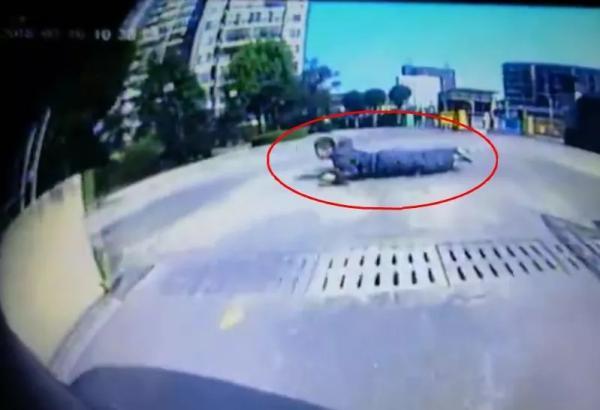 男孩小区里俯趴滑板汽车前横穿 家长怒称车该让人