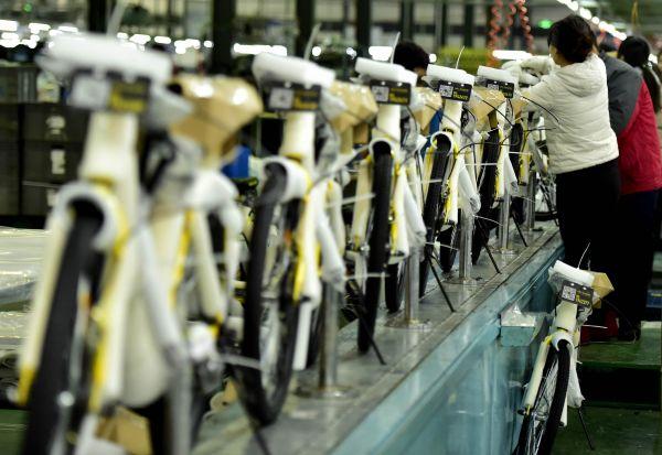 在天津一自行车生产车间里,工人在组装共享单车。新华社
