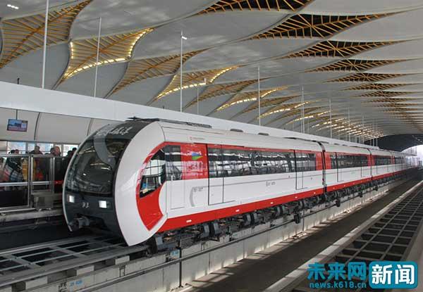 北京地铁S1线金安桥站内,磁浮列车进站鸣笛.未来网记者 和海佳摄-图片