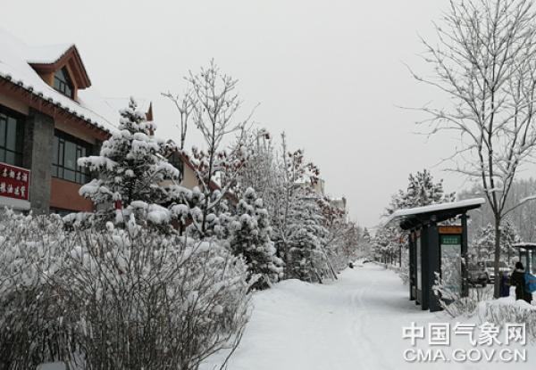 27日,长白山脚下二道白河镇清晨雪景。