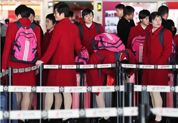 在北京国际机场候机的朝鲜选手代表团