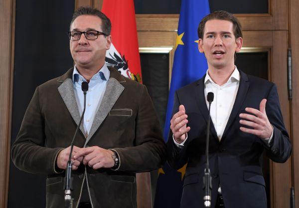奥地利人民党党首库尔茨(右)和自由党主席施特拉赫15日在维也纳出席联合记者会(法新社)