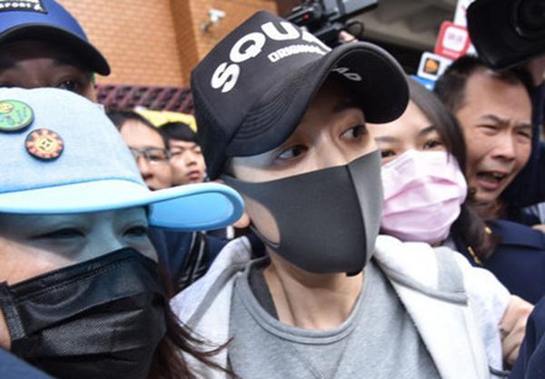 陈乔恩戴口罩现身地检署被围堵。