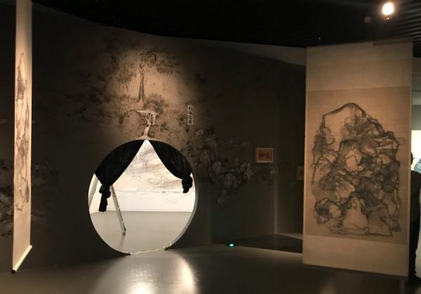 一种与传统艺术范畴完全不同的新的艺术形式或门类