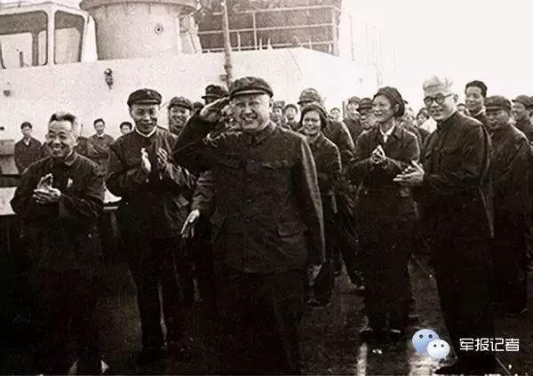 1980年6月5日,钱学森登上中国航天远洋丈量船探望海员