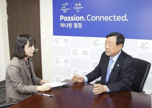 平昌冬奥组委会主席李熙范(右)接受采访。