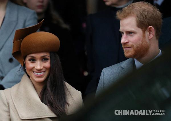 12月25日,英國哈利王子(右)和未婚妻馬克爾出席聖誕節活動。(圖片來源:路透社)