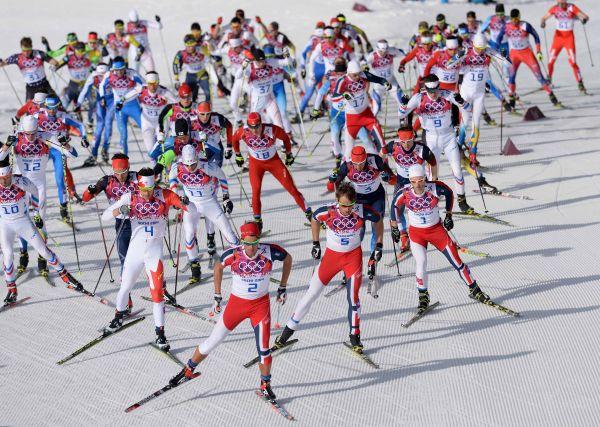 资料图片:这是2014年2月23日,参赛选手在索契冬奥会越野滑雪男子50公里集体出发(自由技术)比赛中角逐,最终俄罗斯队选手包揽该项目全部奖牌。 新华社记者李钢摄