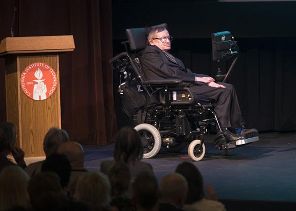 这是2013年4月16日霍金在美国加州理工学院参加活动的资料照片。新华社记者 杨磊 摄