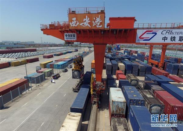"""这是航拍的西安港(2017年4月13日摄)。丝绸之路上的西安港是无""""水""""之""""港"""",不沿江、不靠海,却能联通四方、买卖全球,成为""""一带一路""""经济带上重要的国际中转内陆枢纽港。新华社记者 才扬 摄"""