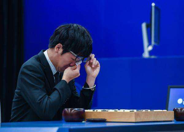 柯洁完败AlphaGo后痛哭。