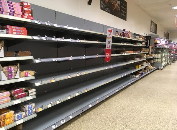暴雪影响英国商品供应 超市货架仍空空如也
