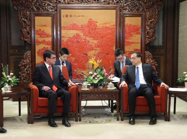 1月28日,国务院总理李克强在北京中南海紫光阁会见来华进行正式访问的日本外相河野太郎。(新华社)