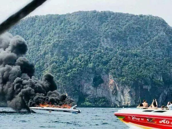 ▲图为1月14日,泰国南部甲米府皮皮岛附近发生的快艇起火爆炸事故现场。(新华社)