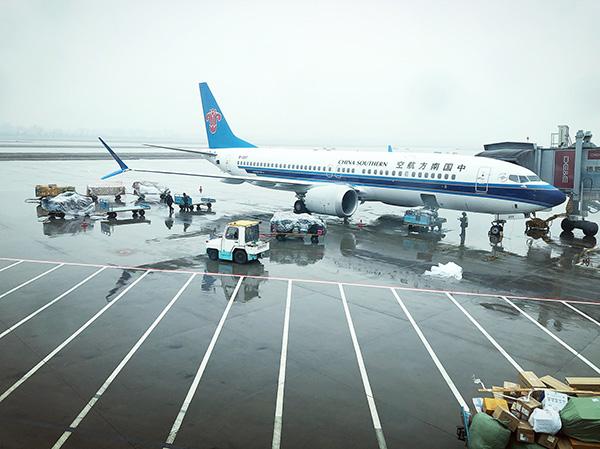 受强寒潮天气和严重的雨雪冰冻影响,杭州机场25日约200班进出港航班取消。视觉中国 图