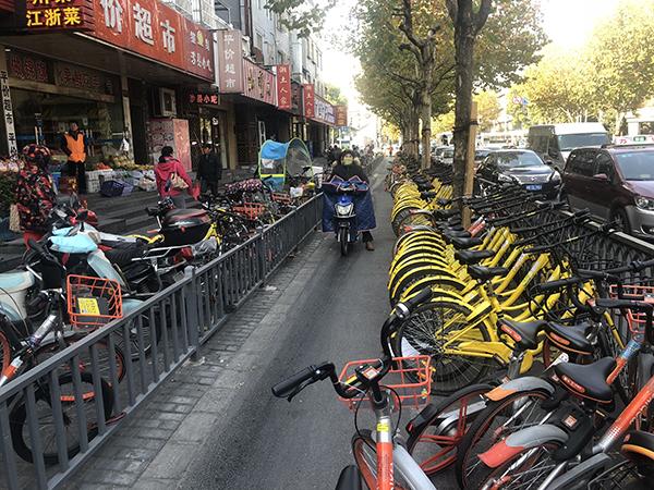 12月6日,长海路非机动车道上停放的共享单车。 本文图片均为澎湃新闻见习记者 杨帆 图