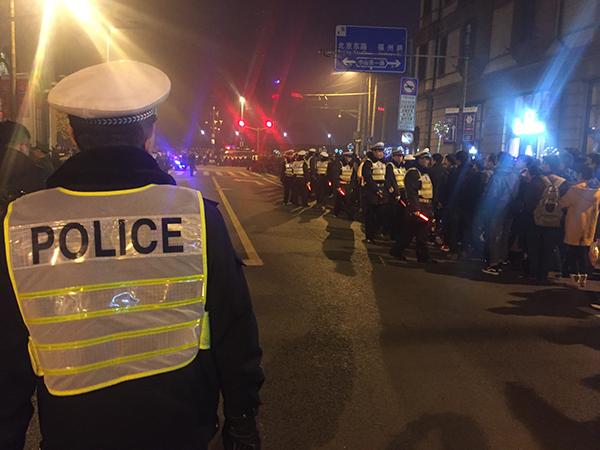 """外滩江堤昨日""""待客""""30万人次,沪警方启动一级勤务保安全"""