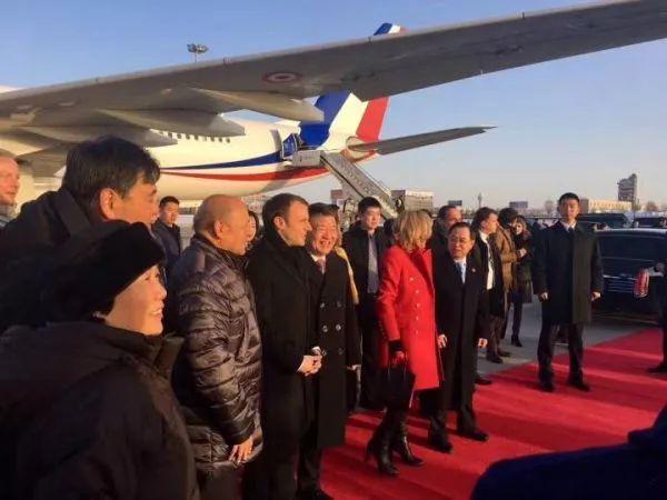 ▲1月8日上午,法国总统马克龙乘专机抵达西安。