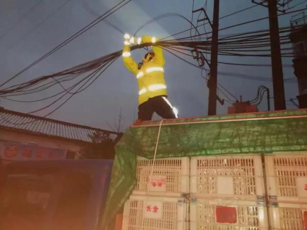 江苏常州三天出俩网红:交警雪地托举电缆,司机开吊车救坠河公交