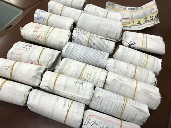 一名韵达快递员150元卖掉近万张居民快递底单。上海警方供图