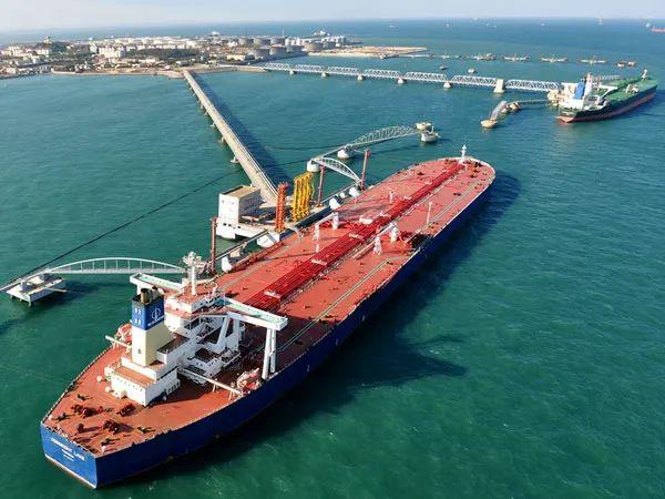 ▲资料图片:超级油轮停靠青岛港30万吨级原油码头。