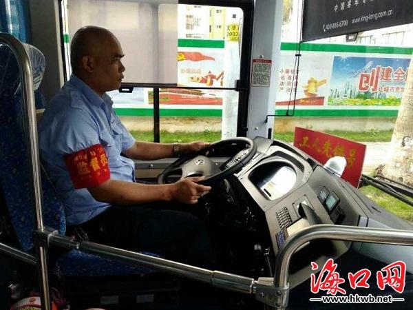 海南一公交司机帮乘客追回被盗手机,此前就因抓贼被央视点赞
