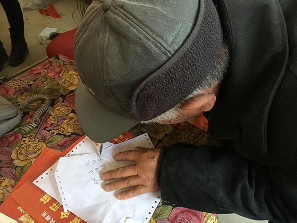 花石镇涓江村的刘氏宗亲刘四高回忆自己支脉的字辈,认为刘强东提供的字辈都和族谱记载的对不上。澎湃新闻记者 罗杰 图