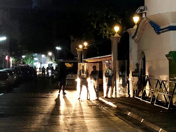 2月5日,在马尔代夫马累,军人和警察在最高法院外警戒。新华社 图