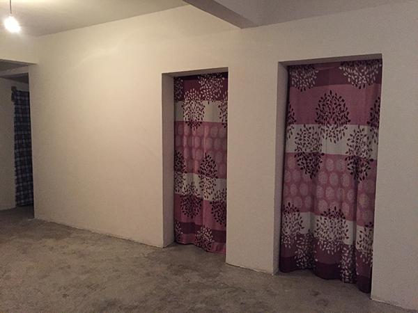 新居还没有装修,卧室只能以布帘当门。