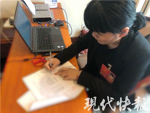江苏代表在联名签署议案