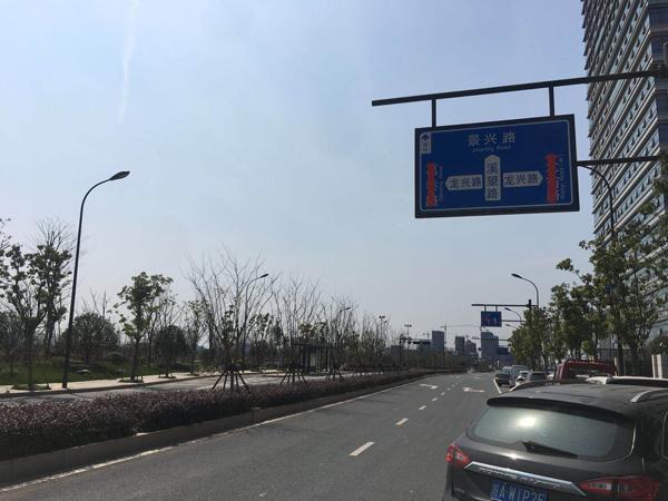 """根据被""""打码""""的路牌得知,地图上的未命名道路名为葛巷路。 本文图片均为澎湃新闻记者 李皙寅 图"""